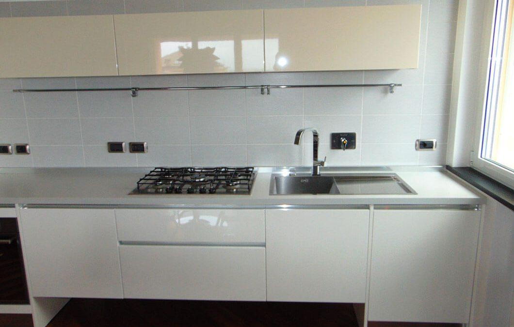 Cucina lineare sospesa laccata lucida (in open space)