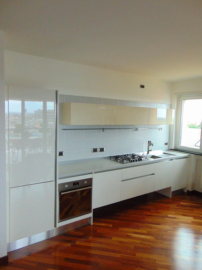 Cucina Soggiorno Open Space Con Pavimento Bianco Interior Design : Cucina lineare sospesa laccata lucida in open space